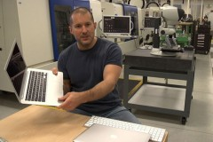 jonathan-ive-shows-unibody-macbook-in-apples-hq