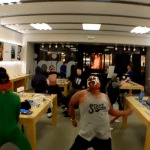 ทานกระแสไม่ไหว !! สาวกขอจัด Harlem Shake เต้นกระจายกลาง Apple Store