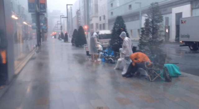 apple-staff-rescue-japan-fan-queue-iphone-5s-while-typhoon-hit