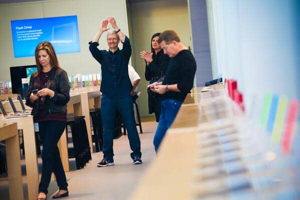 tim-cook-at-palo-alto-store