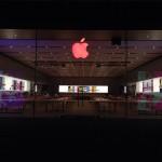 โลโก้แอปเปิลในร้าน Apple Store ถูกเปลี่ยนเป็นสีแดง เนื่องในวันเอดส์โลก