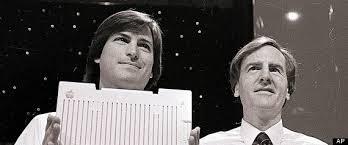 สตีฟ จ๊อบส์ (ซ้าย) และจอห์น สคัลลีย์ (ขวา) ซีอีโอของแอปเปิล