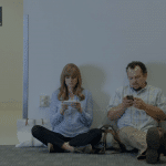 โฆษณาใหม่ Samsung แซะผู้ใช้ iPhone ว่าเป็นพวกติดผนัง
