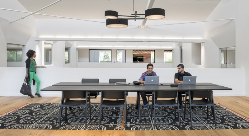 the-work-spaces-in-this-office-are-all-open-and-areas-like-this-were-designed-to-be-conducive-to-brainstorming
