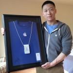 """นาย """"Sam Sung"""" พนักงาน Apple Store ที่ชื่อฮาสุดตลอดกาล จัดประมูลเสื้อและนามบัตร"""