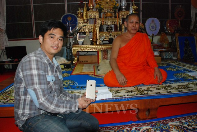 phitsanulok-temple-to-gift-5-of-iphone-6-for-charity-event-2