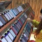เผยภาพโรงงานปั้มยอดโหลด App Store ในจีน ใช้คนนั่งกด iPhone ทั้งวัน