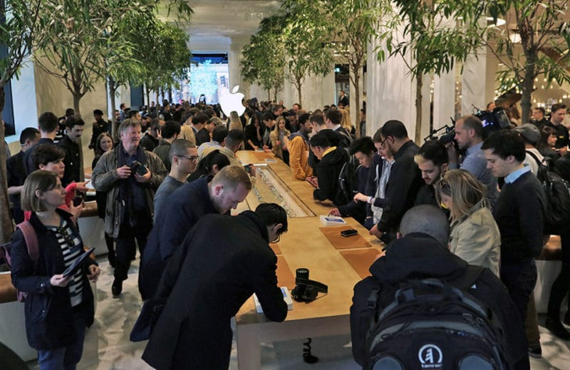 apple-watch-store-crowd