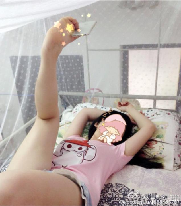 chinese-girls-take-selfie-to-another-level-by-use-foot-to-hold-the-phone-002