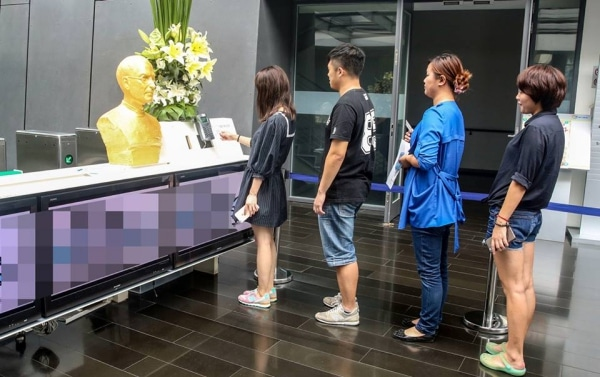 gold-statue-steve-jobs-in-china-2