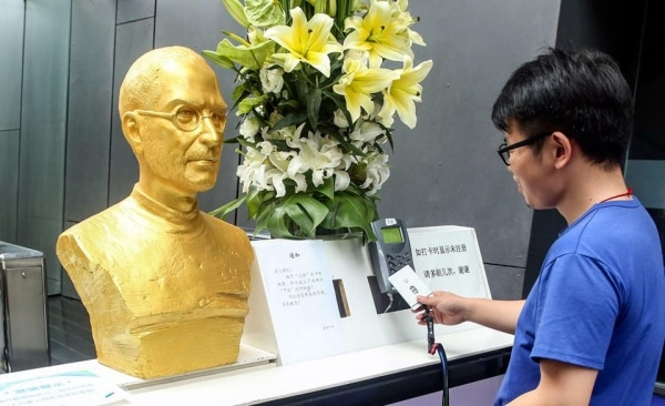 gold-statue-steve-jobs-in-china-3