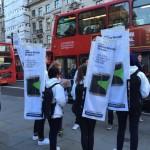 บุกถึงถิ่น !! Samsung ส่งทีมงานมาโปรโมท Galaxy S6 Edge ที่หน้าคิวซื้อ iPhone 6s ในอังกฤษ