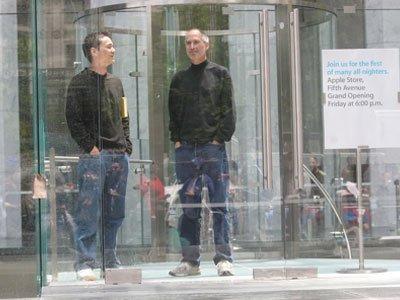 Hiroki Asai (ซ้าย) ยืนสนทนากับ Steve Jobs (ขวา)