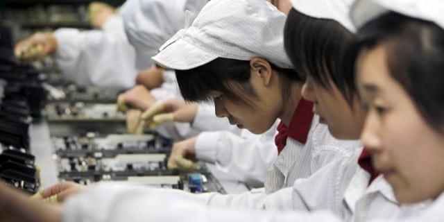 บรรยากาศของสาวโรงงานในสายการผลิตของ Apple