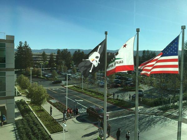 apple-cupertino-hq-pirate-flag