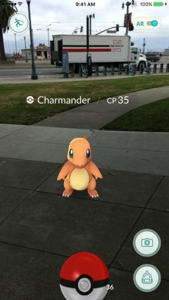 ตัวอย่างการใช้งาน AR ที่น่าจะคุ้นเคยกันดี คือการจับโปเกมม่อนในเกม Pokémon GO