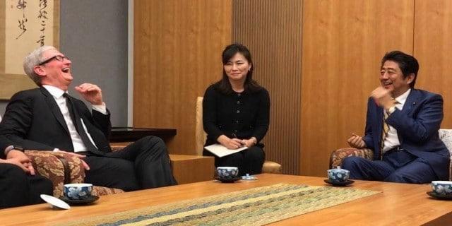 Tim Cook กำลังพูดคุยกับนายอาเบะ นายกรัฐมนตรีของประเทศญี่ปุ่น