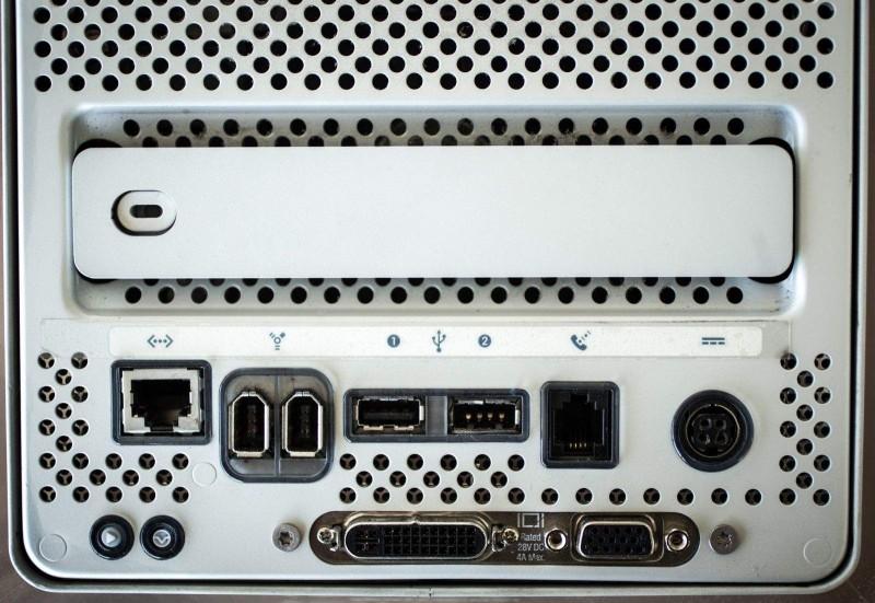 พอร์ตเชื่อมต่อต่าง ๆ ด้านล่างตัวเครื่อง Power Mac G4 Cube