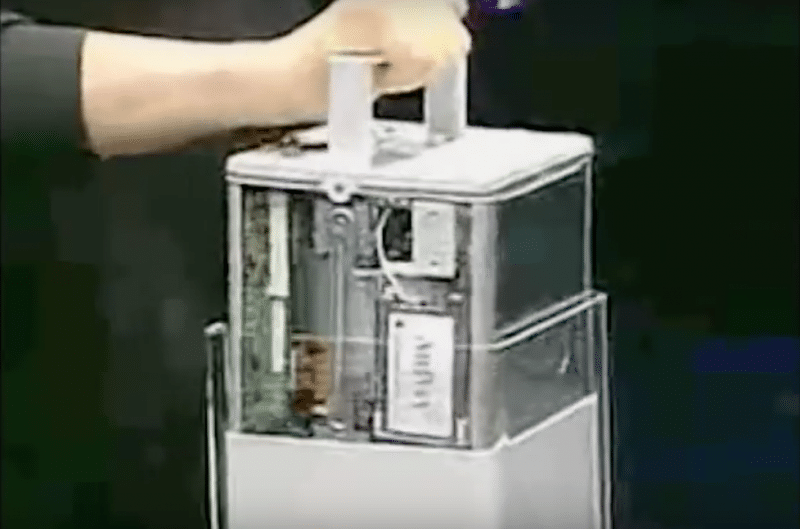 Steve Jobs โชว์เปิดภายในเครื่อง Power Mac G4 Cube ในงาน Macworld 2000