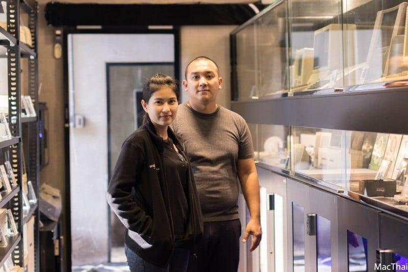คุณหม่อน (ซ้าย) และคุณโต้ (ขวา) เจ้าของร้าน unlimit:mac