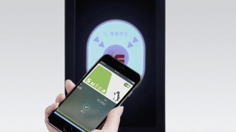 ภาพการใช้ Suica แตะเกทรถไฟฟ้า จากเว็บไซต์ Apple ญี่ปุ่น