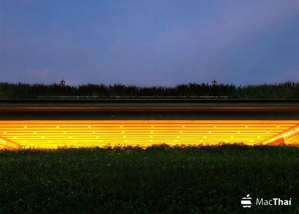 ภาพถ่ายแบบ HDR แสดงสีของท้องฟ้า หญ้า และหลอดไฟได้อย่างถูกต้อง เก็บรายละเอียดได้ดี