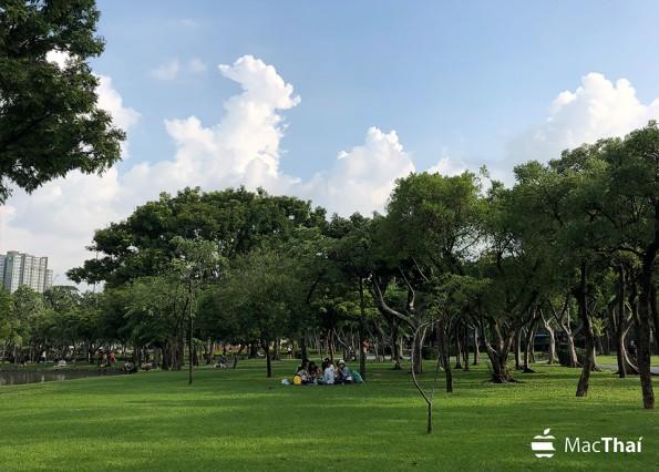 ภาพนี้แสดงความกว้างของสี และรายละเอียดของพื้นหญ้าและท้องฟ้าได้เป็นอย่างดี ถ่ายด้วย iPhone 8 Plus