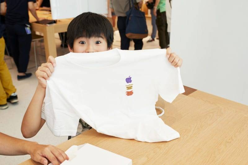 Apple-Store-opening-Kyoto-Shijo-child-with-shirt-08252018