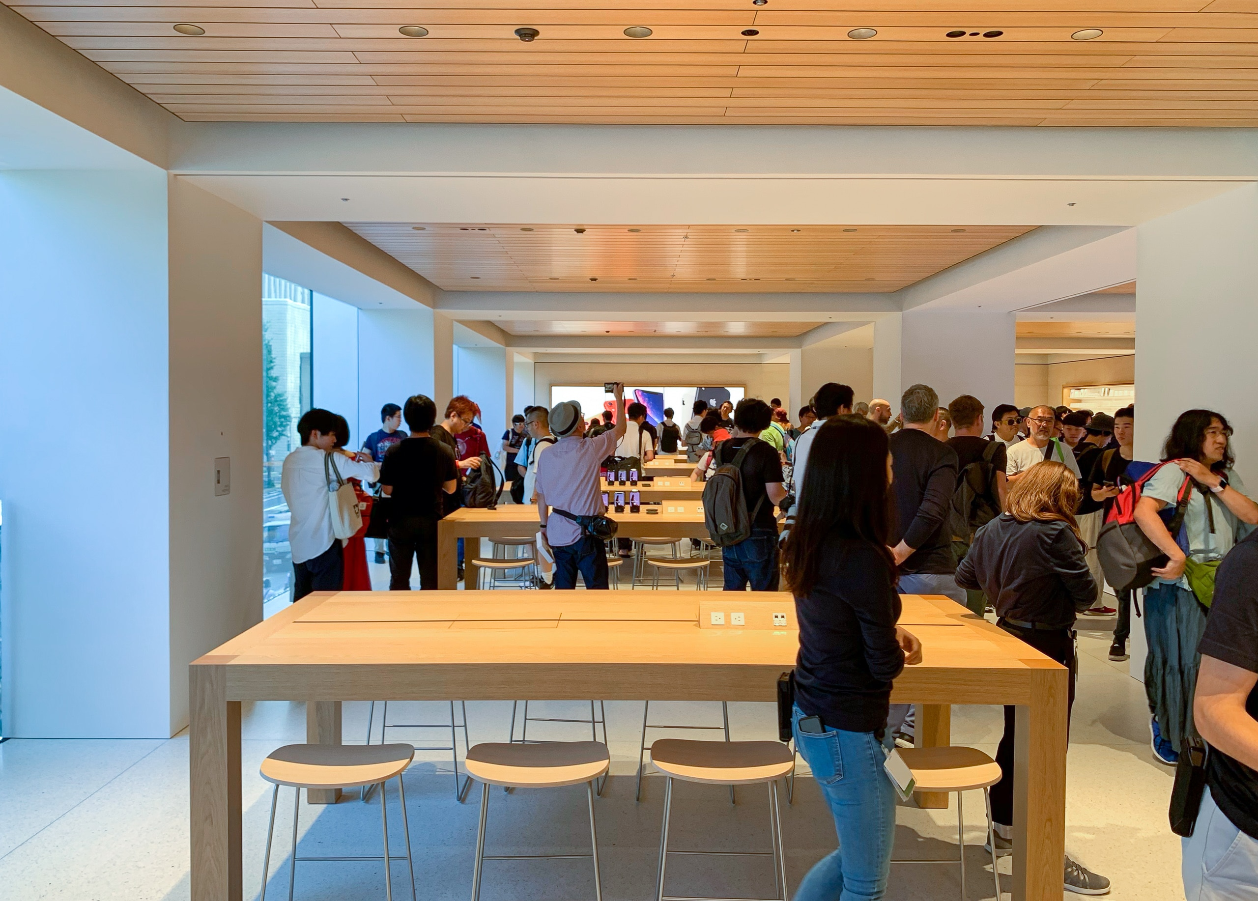 apple_marunouchi_interior_2