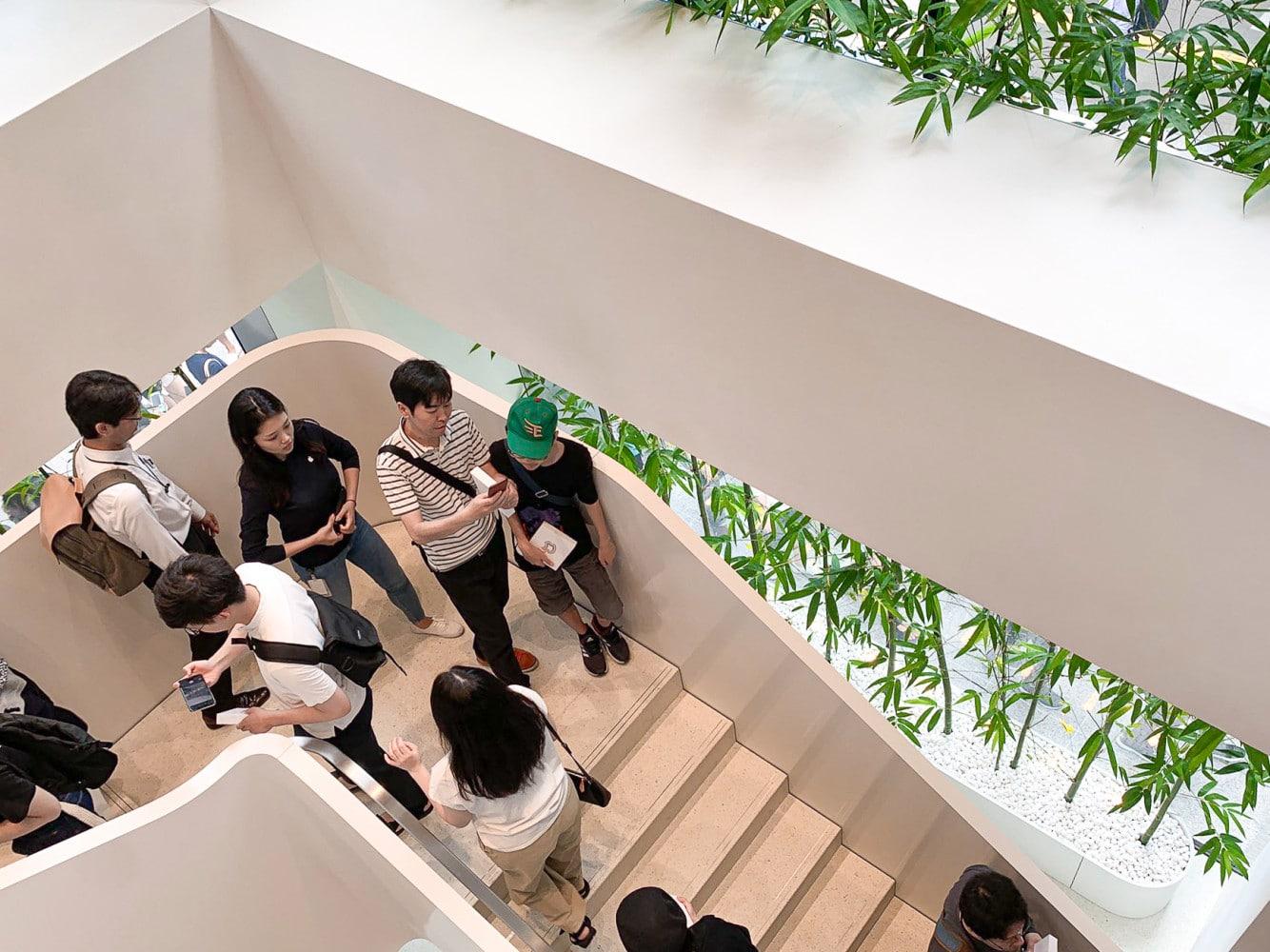apple_marunouchi_stairs_1