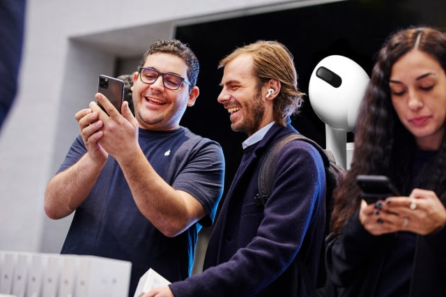 Apple-AirPod-Pro-launch-Milan-guest-with-team-member-10302019