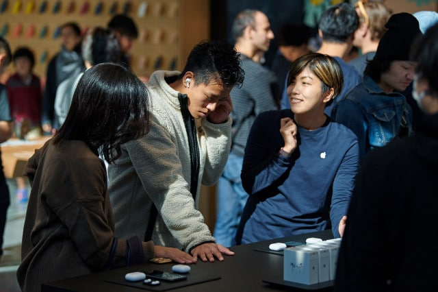 Apple-AirPod-Pro-launch-Tokyo-guests-with-team-member-10302019