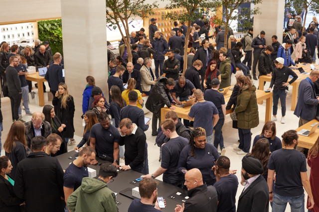 Apple_AirPod-Pro-Launch_London_Interior-Store_10302019