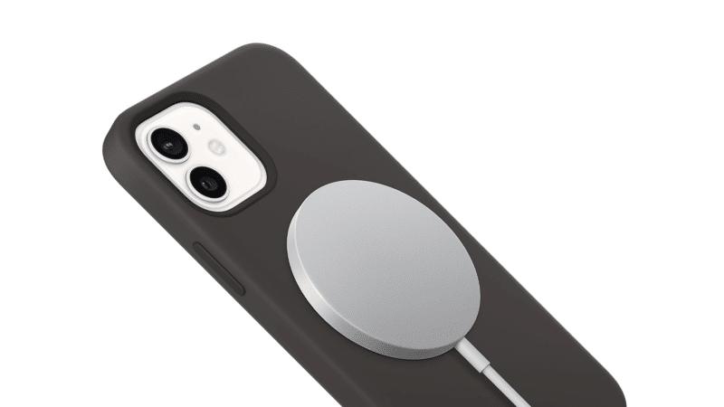 'MagSafe' อาจทิ้งรอยลักษณะวงกลมบนเคส iPhone 12 ได้ และสามารถใช้กับ Adapter 12W ได้ แต่ชาร์จช้ากว่า