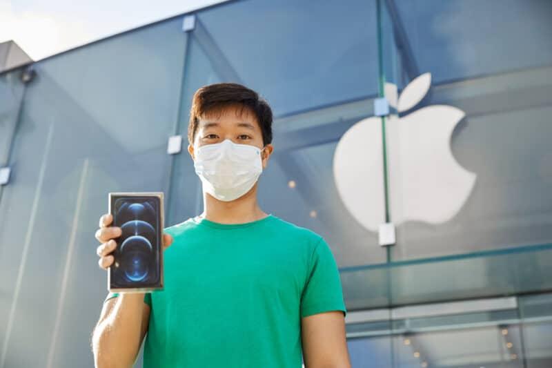 ชมภาพบรรยากาศเปิดขาย iPhone 12 ทั่วโลก คิวที่ร้านบางตาจากวิกฤติโควิด-19 แม้ Pre Order จะขายดี