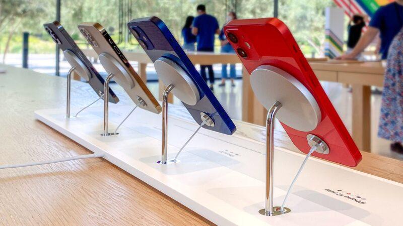 Apple Store ปรับดีไซน์แท่นวาง iPhone เครื่องโชว์มาใช้เป็น MagSafe แล้ว สวยงาม สะดวกกว่าเดิม