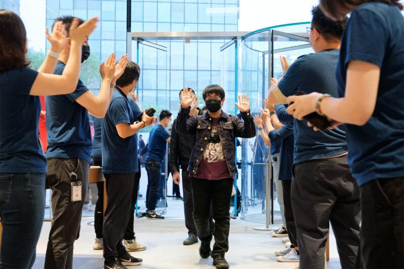 คึกคักเหมือนเดิม !! ชมภาพบรรยากาศเปิดขาย iPhone 13 จากทั่วโลก คิวยาวเหยียด พร้อมมาตรการป้องกันโควิด-19